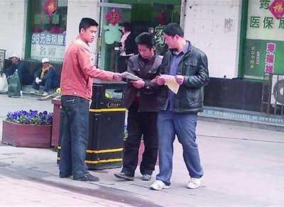 李村步行街淫秽广告飘满街 李村步行街美容院拉客