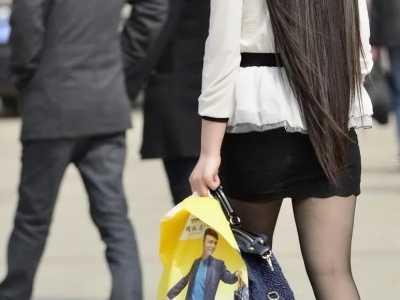 黑色镂空超短裙搭配黑丝袜让人眼前一 漂亮mm黑色超短裙