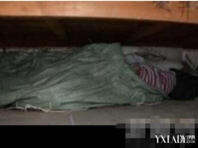 床底伸出一只手吓尿 小伙从床底扫出女尸